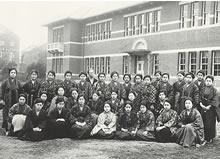 専門学部英文科2年生(1923年2月)洋服は教師のM. F. デントンのみ