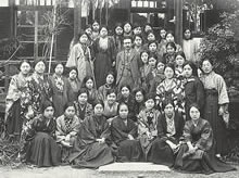 柳宗悦教授を囲んで 前列中央は荻原芳枝教授