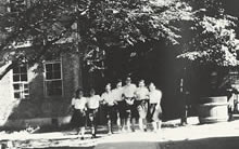 1944年の家政館 右側に防火用水桶(現楽真館の位置)