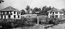 同志社英学校最初の校舎 1876年9月、相国寺門前に竣工。左から第二寮、食堂、第一寮(いずれも現在のクラーク館周辺)