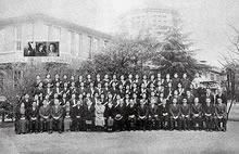 卒業記念 制服着用となる。この前後にデントンを除いて外国人教師はすべて帰国する(1941年3月)
