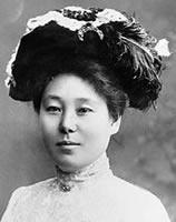 松田幸 1894年普通科卒。1年間東京で華族女学校の音楽助手を勤めた後、1898年渡米。3年間アメリカで、さらに4年間ドイツでピアノを学んだ。帰国後も華族女学校でピアノ教師を勤めつつ、荒木和一と結婚するまでは演奏活動を続けた