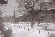 雪のキャンパス 栄光館建築当初は前面は芝生で、大学図書館までのいわゆるデントン・ラインが美しい(1934年1月)