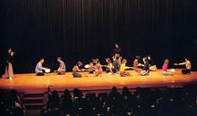 日本語日本文学会狂言鑑賞会 1998年の狂言鑑賞会では狂言上演に引き続き、観客参加のワークショップも行われた