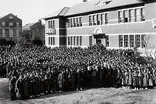 A. C. ジェームズ夫妻を迎えて 1922年1月22日ジェームズ館前