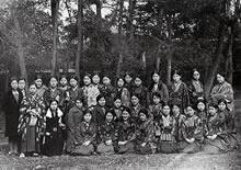 家政科A組 1932年3月卒業(72名)、この組の33人中、洋服は7名