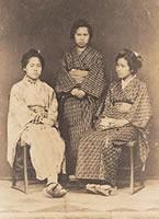 同志社英学校で学んだ3人 左から伊勢(横井)宮、徳富初、山本峰