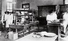 家政科割烹教室 1915年家政館が完成し、当時日本には2台しかなかったオーブンが備えられた。1924年の貞明皇后の実習見学もこの教室で行われた
