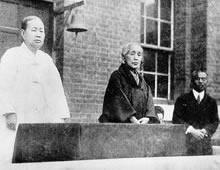 淑明女学校朝礼での李貞淑校長と淵澤能恵(1930年)