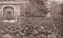 救世軍第2代大将ウィリアム・ブラムウェル・ブース 1926年10月29日、大学神学館前。父の第1代大将は1907年5月に来校した